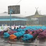 Hujan turun di tengah khusyuknya salat Istisqa di Riau